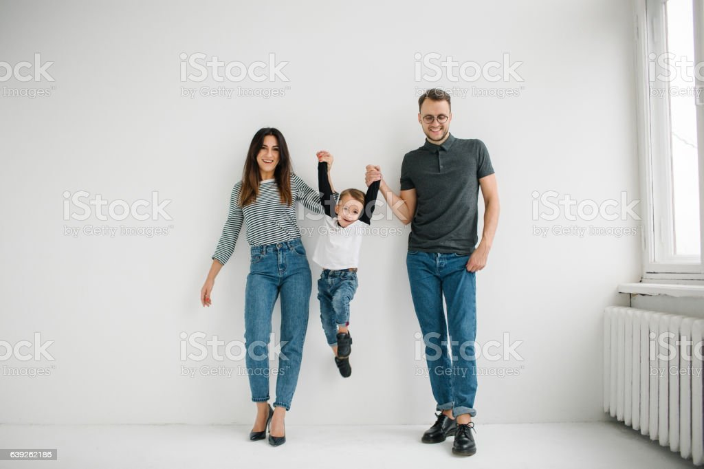 Hipster father, mother holding baby boy over white isolated background - Lizenzfrei 12-17 Monate Stock-Foto