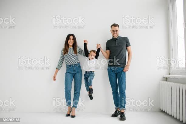 Hipster Vater Mutter Hält Baby Junge Über Weißen Isolierten Hintergrund Stockfoto und mehr Bilder von Familie