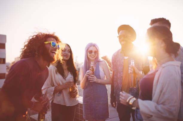 Amis de hipster s'amuser et boire de la bière à la fête sur le toit - Photo