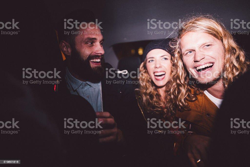 Hipster Freunde in einem Auto Spaß haben bei Nacht – Foto