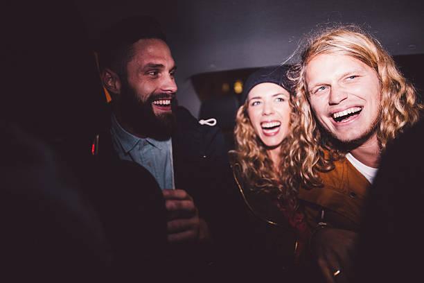 hipster amis s'amuser à l'intérieur d'une voiture de nuit - voiture nuit photos et images de collection