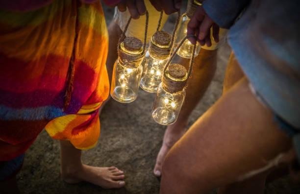 hipster-freunde, die gemeinsam spaß am camping strandparty - führte freundschaft reisekonzept mit jugendlichen halten neon laternen am meer sommerlager - hohe iso-image mit nacht dunkel vignettierung filter - tanz camp stock-fotos und bilder