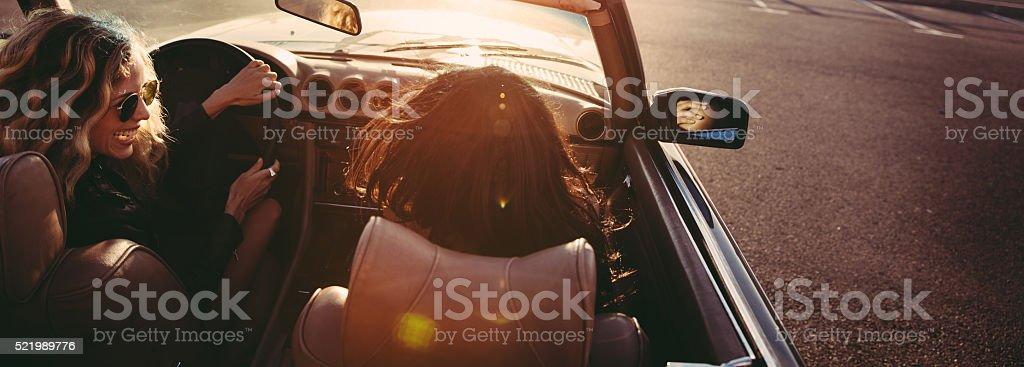 Hipster Freunde sitzen in einem Retro-Cabrio Sie die Suite – Foto