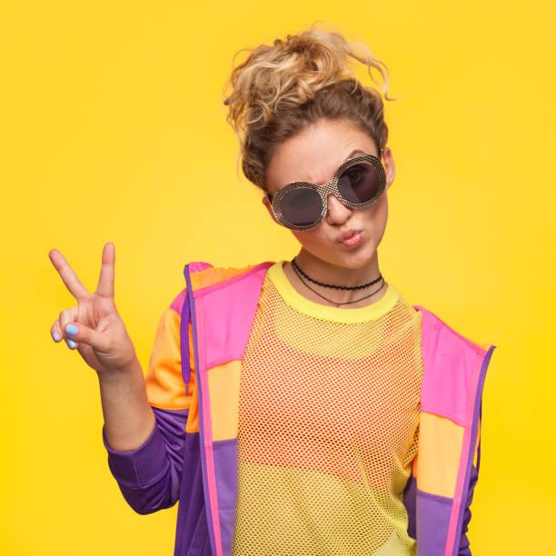 hipster mädchen in bunter jacke macht schlägt - dynamische posen stock-fotos und bilder