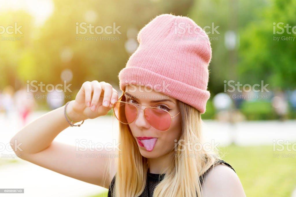 Fille de hipster rose Beanie chapeau dans le parc - Photo