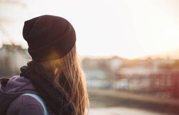 fille de hipster regardant au coucher du soleil - fille dos photos et images de collection