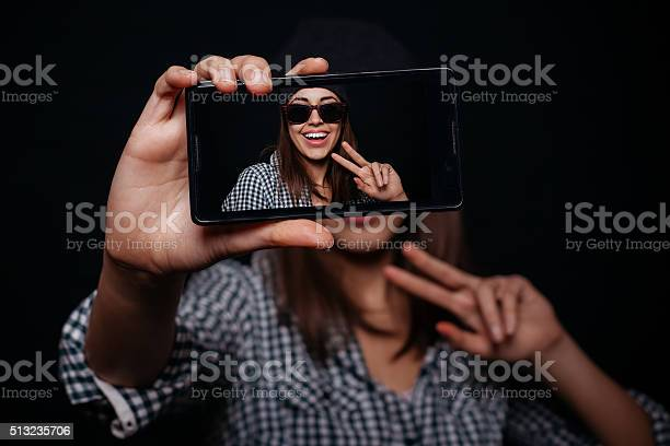 Hipster girl taking picture smartphone selfportrait screen view picture id513235706?b=1&k=6&m=513235706&s=612x612&h=491qes9vrk5iclmo4qdlbw3n9b0svtlapzdbfafnle0=