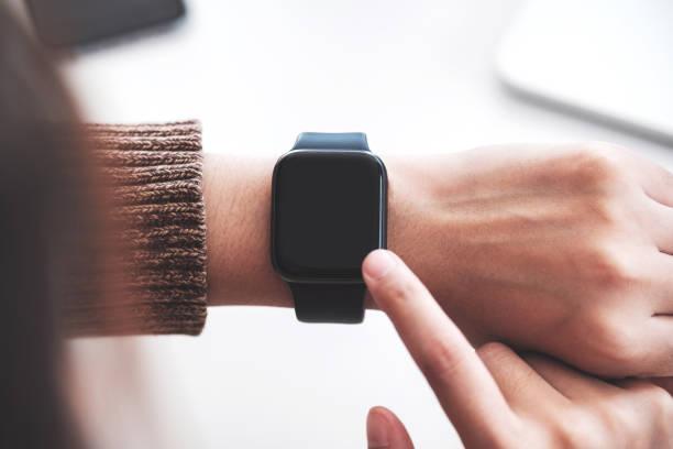Hipster Mädchen verwenden Smart wrist Uhren mobile App fahren Rolltreppe in der U-Bahn. Leerer leerer Bildschirm für Handy – Foto