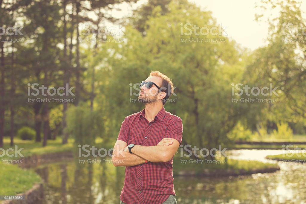 Guy Hipster s'amuser dans la nature. photo libre de droits