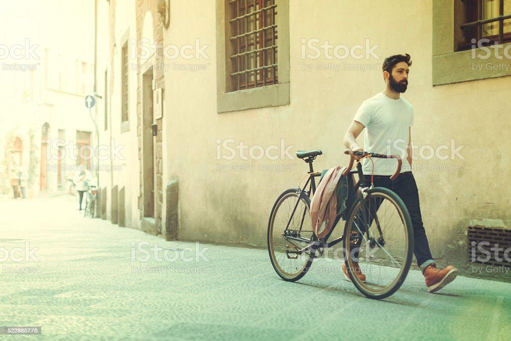 Hipster chico caminando con bicicletas - foto de stock