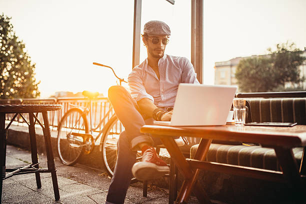 hipster in cafe on laptop - tagesrechner stock-fotos und bilder