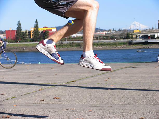 hipster mann spielt hacky sack am meer - windbeutel stock-fotos und bilder