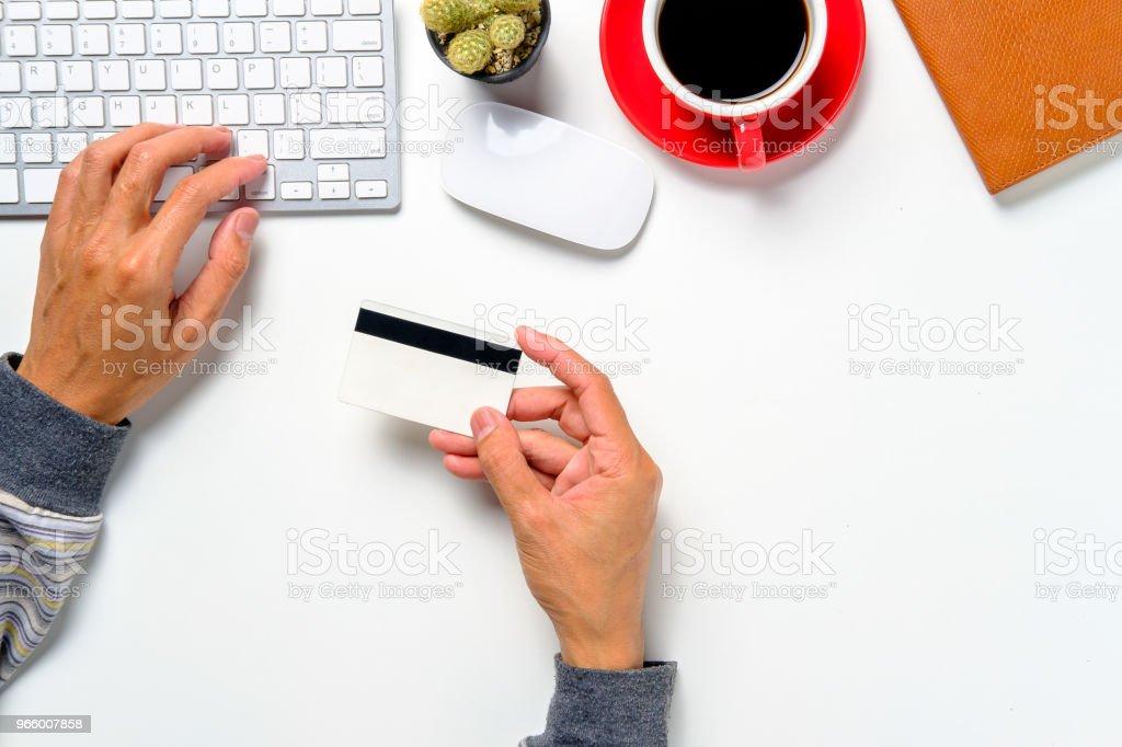 Hipster man handen houden van een credit card en het gebruik van de computer - Royalty-free Bakken Stockfoto