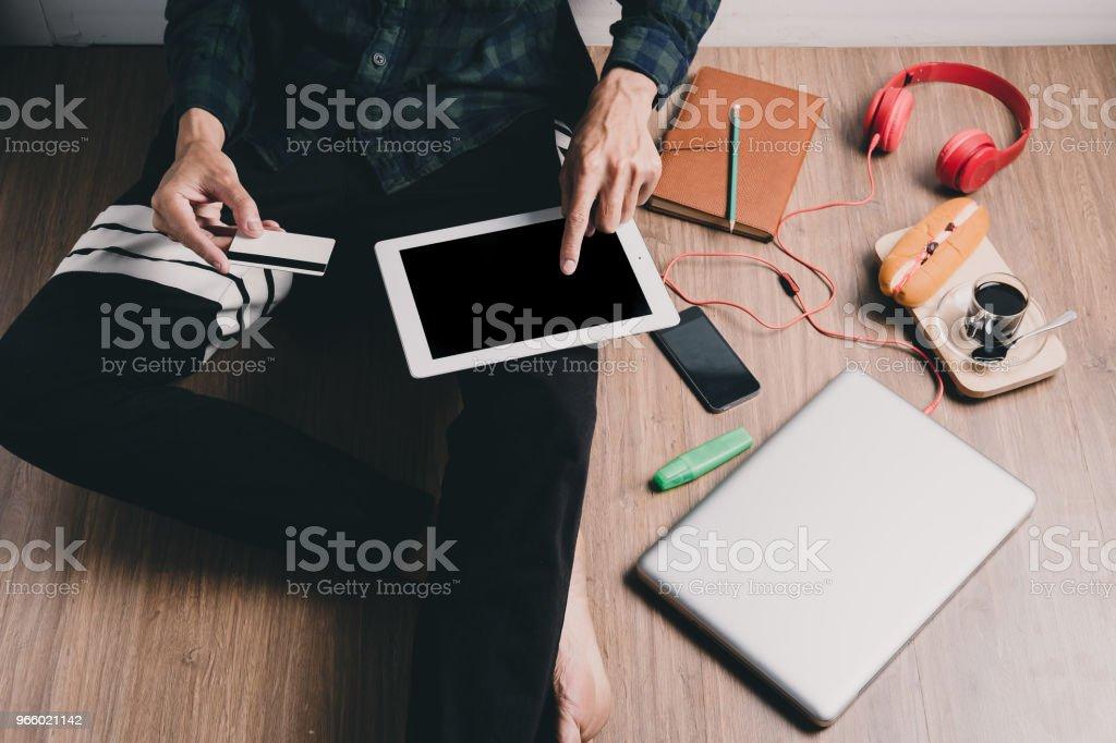 Hipster Mannhände halten tablet - Lizenzfrei Bankgeschäft Stock-Foto