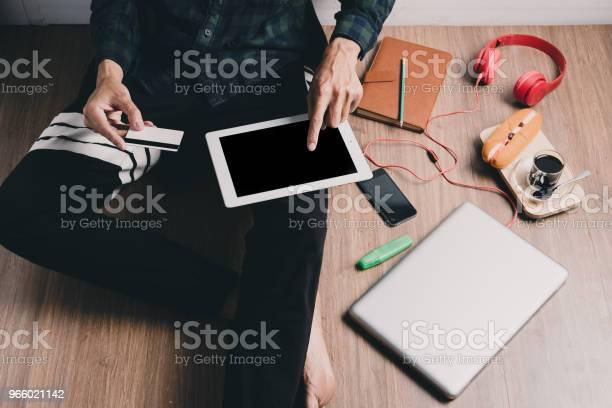 Hipster Man Hands Holding Tablet - Fotografias de stock e mais imagens de Acima