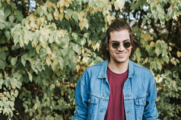 hipster-mann - haarschnitt rundes gesicht stock-fotos und bilder
