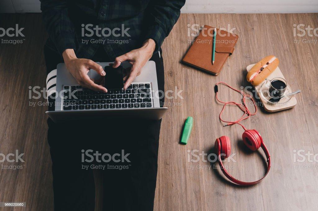 Hipster-Mann mit Smartphone - Lizenzfrei Arbeiten Stock-Foto