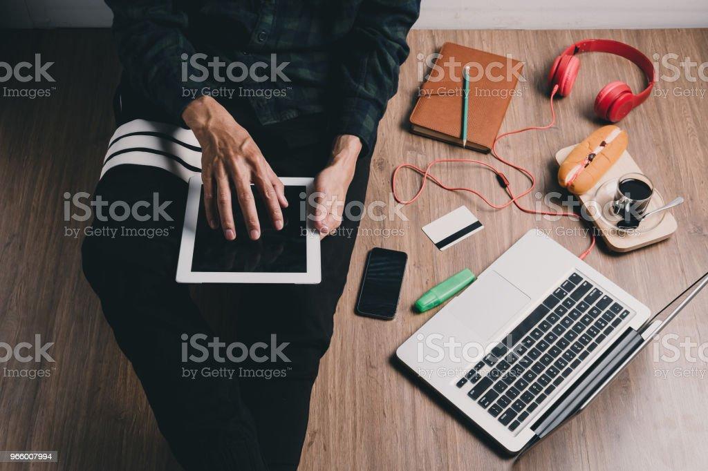 Hipster man met behulp van Tablet PC - Royalty-free Bedrijfsleven Stockfoto