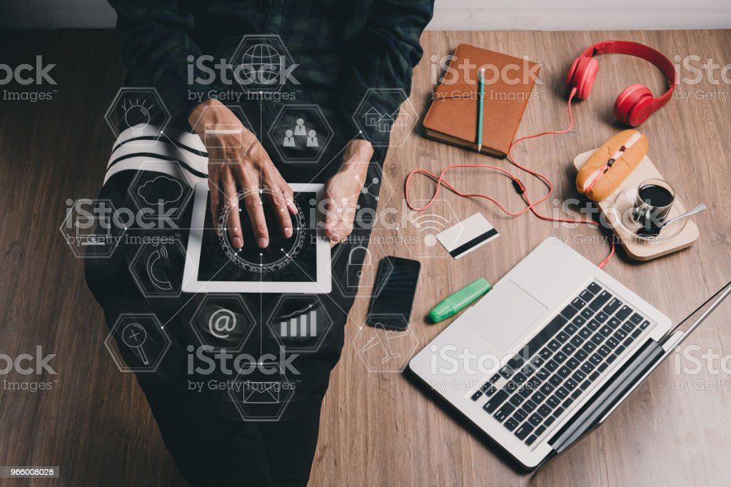 Hipster man using tablet - Royalty-free Acima Foto de stock