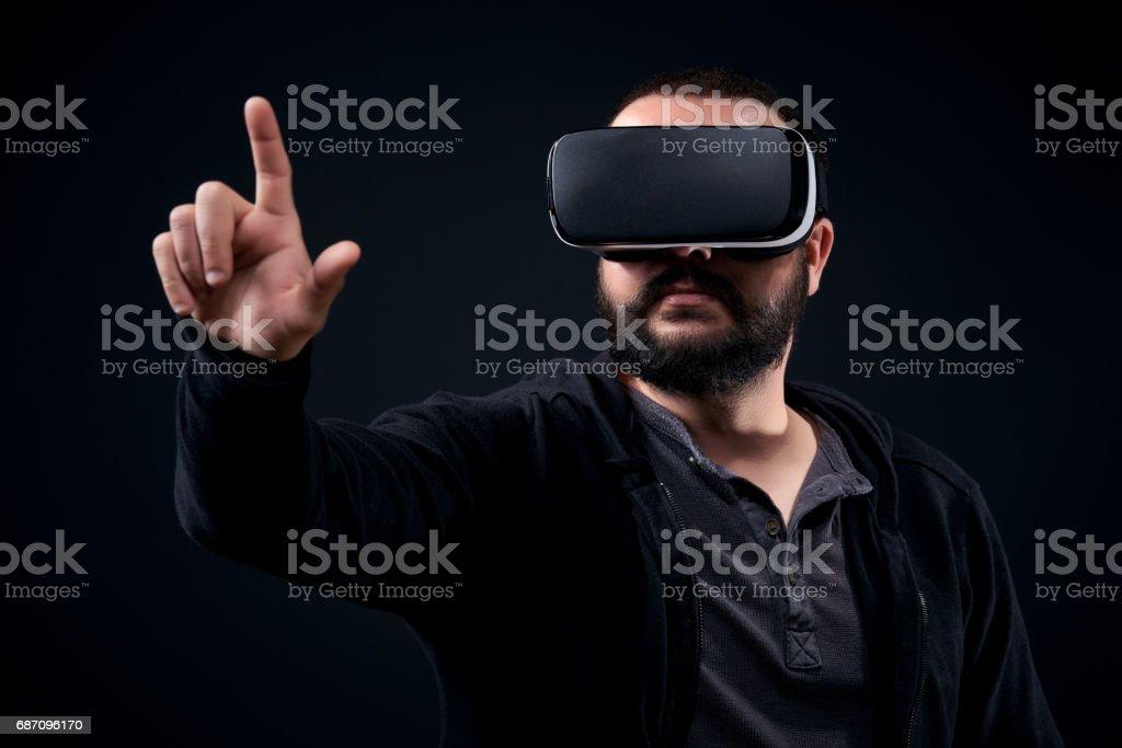 Hipster-Mann mit virtual-Reality-Brille. Schwarzem Hintergrund VR Konzept. Lizenzfreies stock-foto