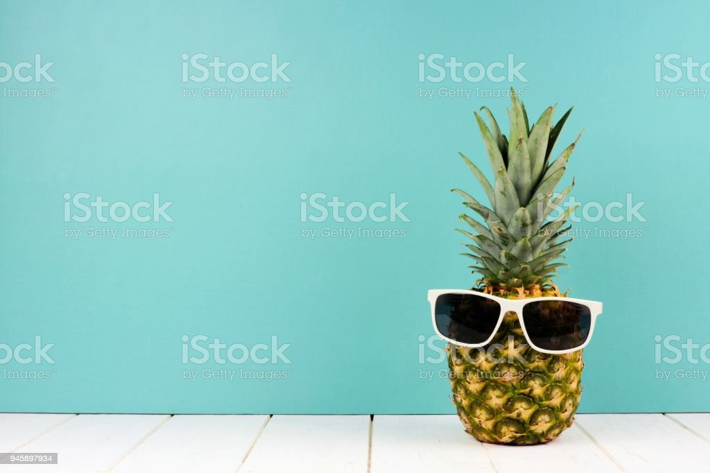 Piña de hipster con gafas de sol contra turquesa foto de stock libre de derechos