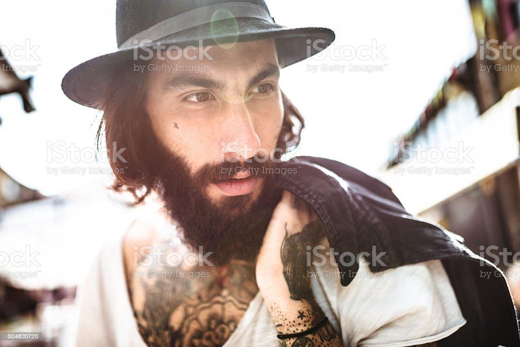 Retrato de Hipster con cuerpo completo de tatuaje foto de stock libre de  derechos 0f8a6c6398f