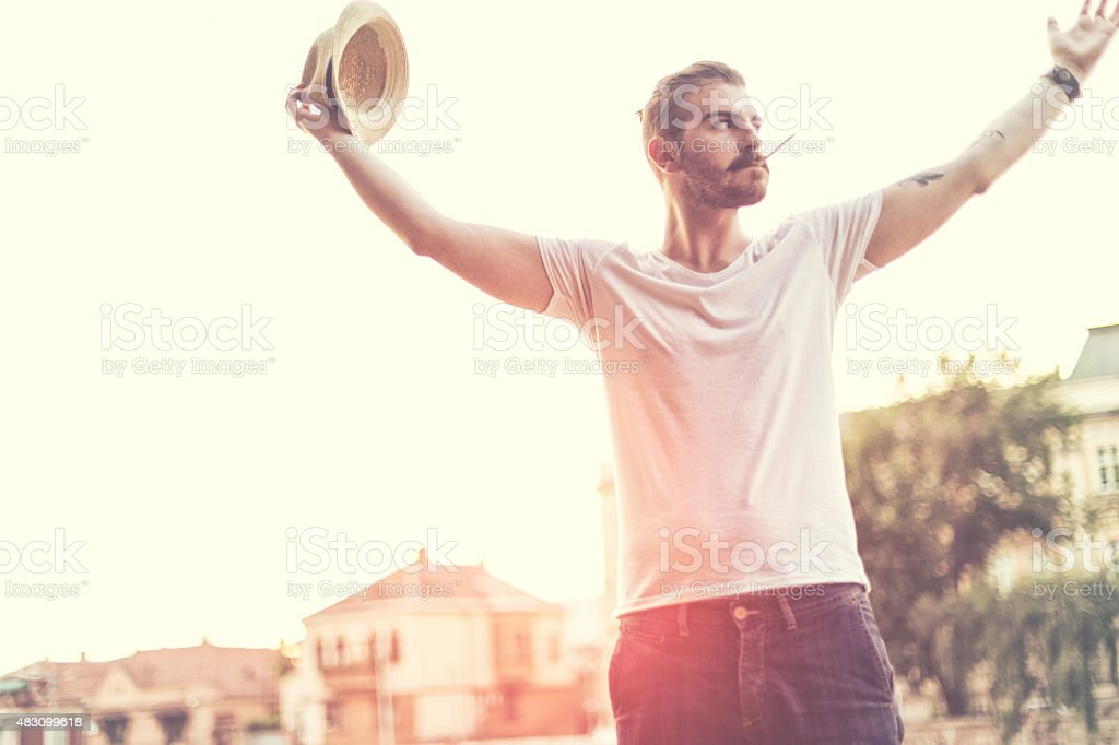 Bas de bikini posant avec un bonnet et une cigarette - Photo