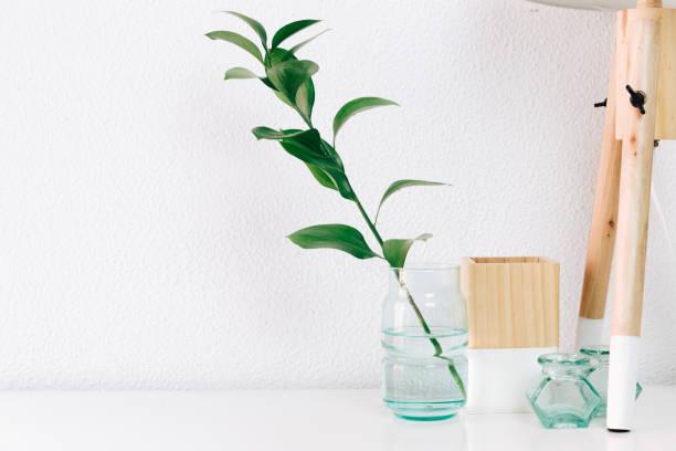 hipster skandinavischen stil zimmer eingerichtet. nordische lampe mit schlichten dekor objekte, minimalistische weiße interieur - bedeutungsvolle zitate stock-fotos und bilder