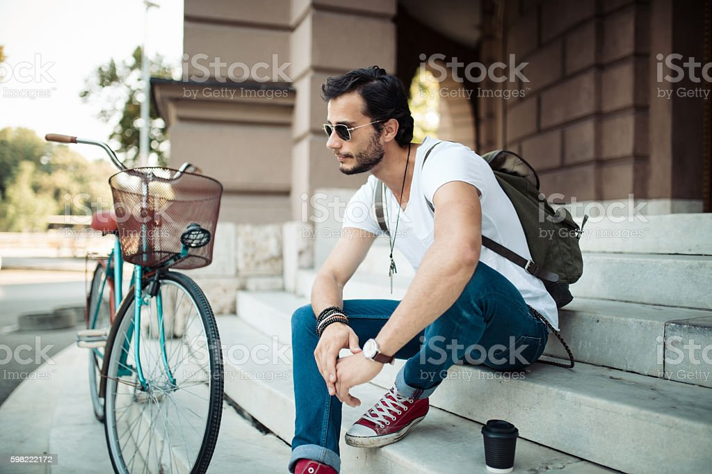 Hipster sitting on the steps foto royalty-free