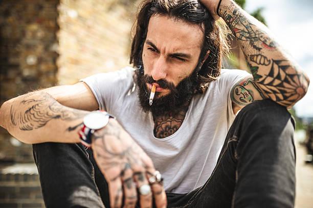 hipster raucher- und denken sitzung traurig - liebeskummer englisch stock-fotos und bilder