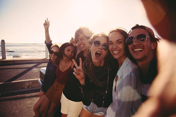 hipster giovani amici prendendo un selfie all'aperto alla spiaggia - uomo nostalgia foto e immagini stock