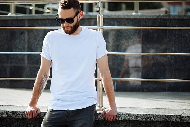로고를 위한 공간이 있는 흰색 빈 티셔츠를 입은 힙스터 - 백인종 뉴스 사진 이미지