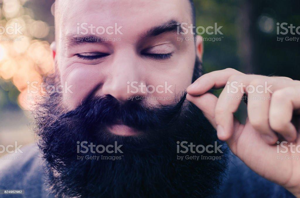 hipster com grande barba e bigode fazendo careta engraçada e legal - foto de acervo