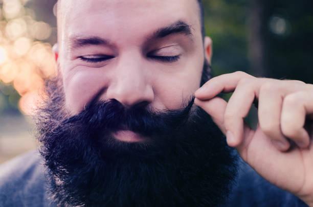 hipster mit bart und schnurrbart, lustige und coole gesicht - riesenschnauzer stock-fotos und bilder