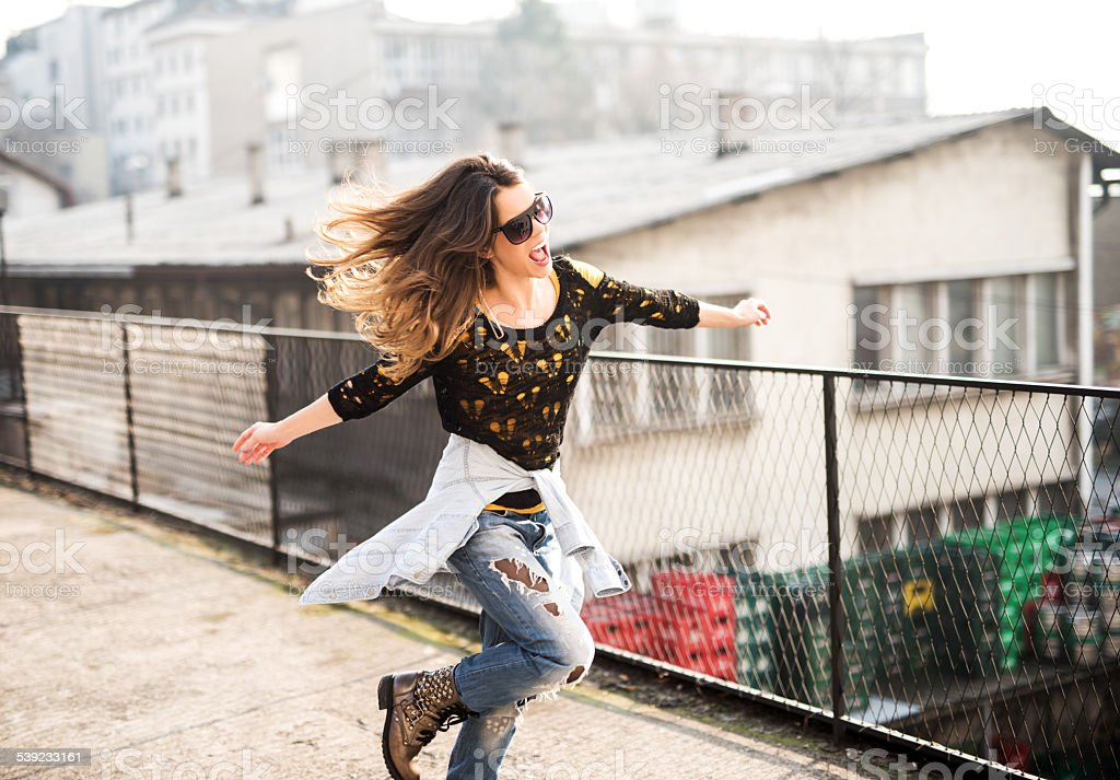 Hipster Mulher se divertindo ao ar livre. foto royalty-free