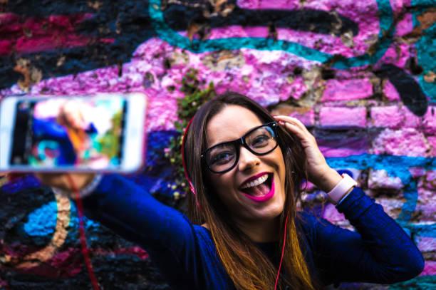 hipster frau selfie fotografieren im farbenfrohen abstrakten hintergrund - spaß sprüche stock-fotos und bilder