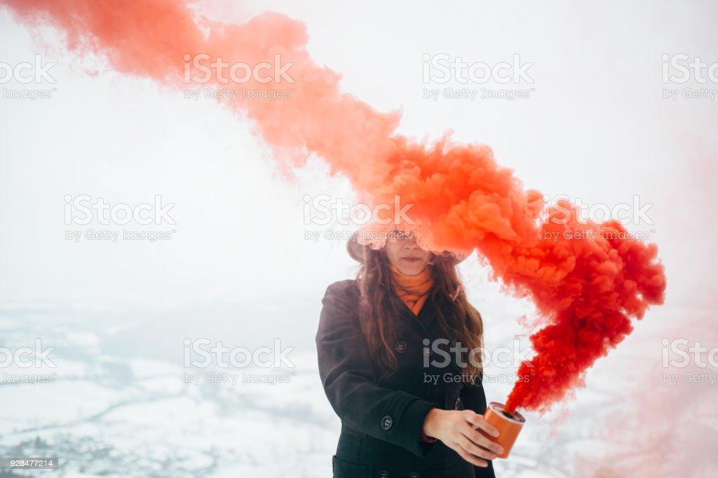 Mujer hipster con bomba de humo - foto de stock