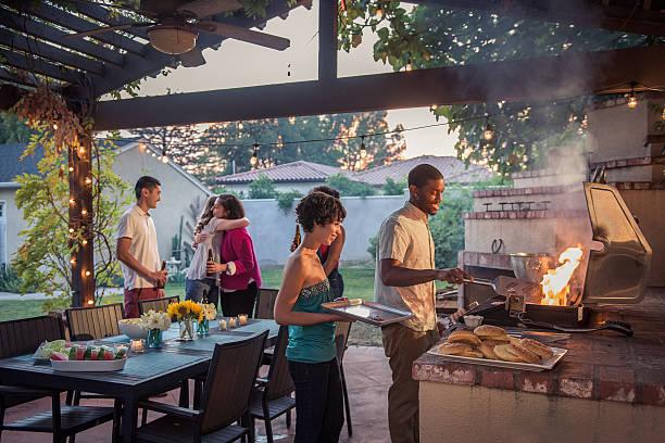 hipsters grillowanie na letnim podwórku grill - barbecue zdjęcia i obrazy z banku zdjęć