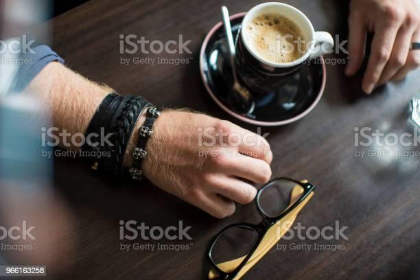 Hipsters Händer Med En Kopp Kaffe I Kaféet På Bordet Närbild-foton och fler bilder på Arbeta
