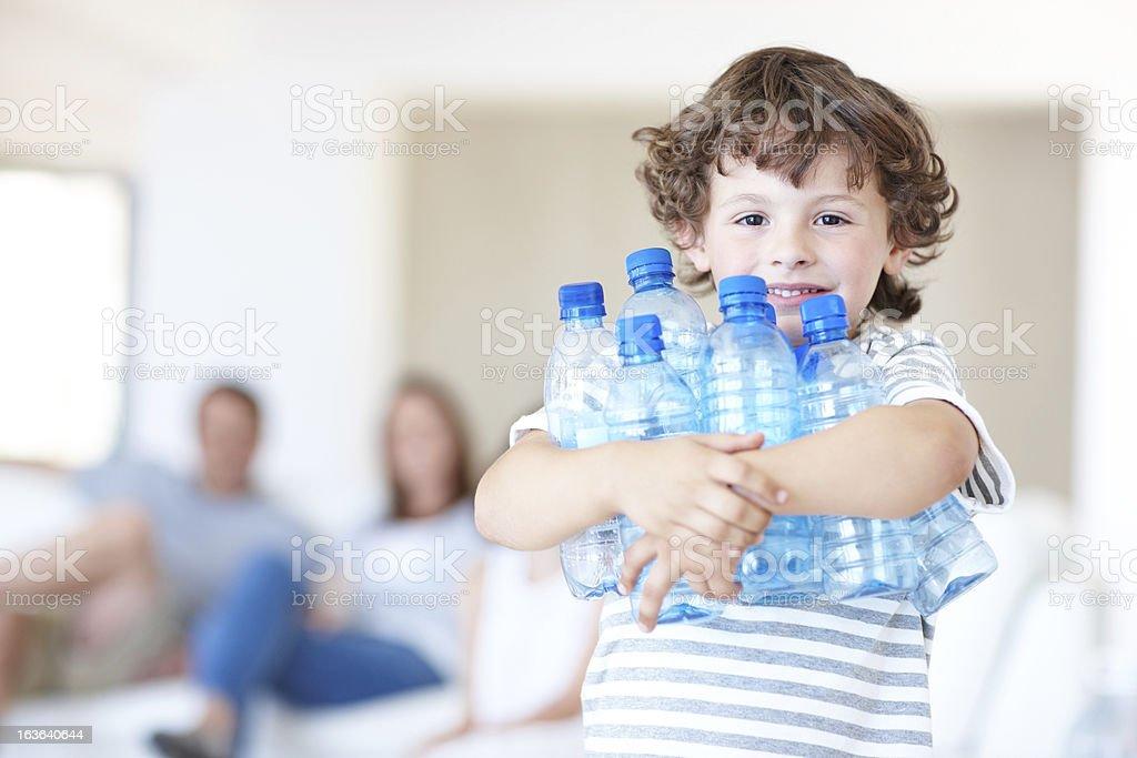 Sus padres subrayar la importancia de reciclaje - foto de stock