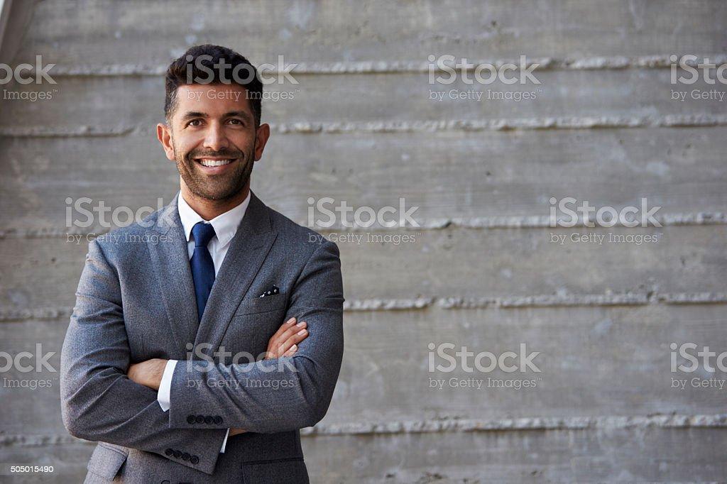 Photo de hispanic homme daffaires debout contre le mur de bureau