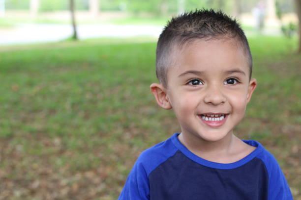 Hispânica criança sorrindo no parque - foto de acervo