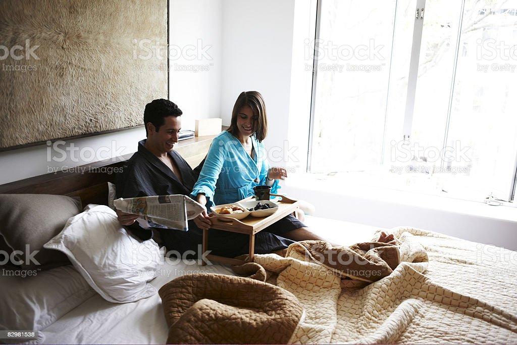 Hispanic coppia in camera da letto di lusso foto stock royalty-free