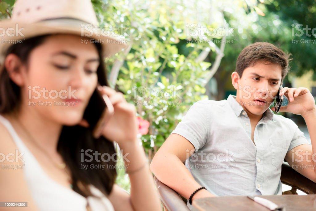 Hispanische paar auf Ihrem Handy – Foto