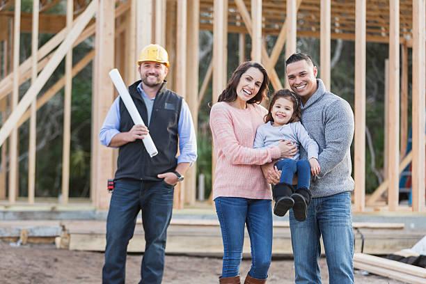 Hispanische Familie in ein neues Zuhause mit Auftragnehmer – Foto