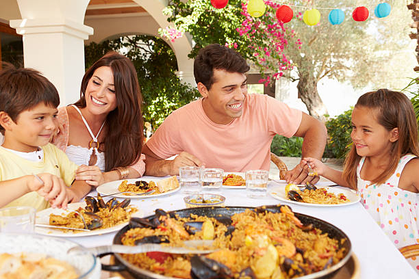 Hispanique famille profiter de repas en plein air à la maison ensemble - Photo