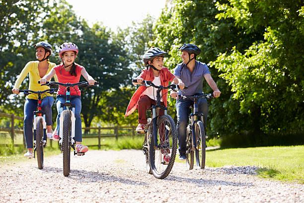 Famiglia ispanica su ciclo corsa In campagna - foto stock