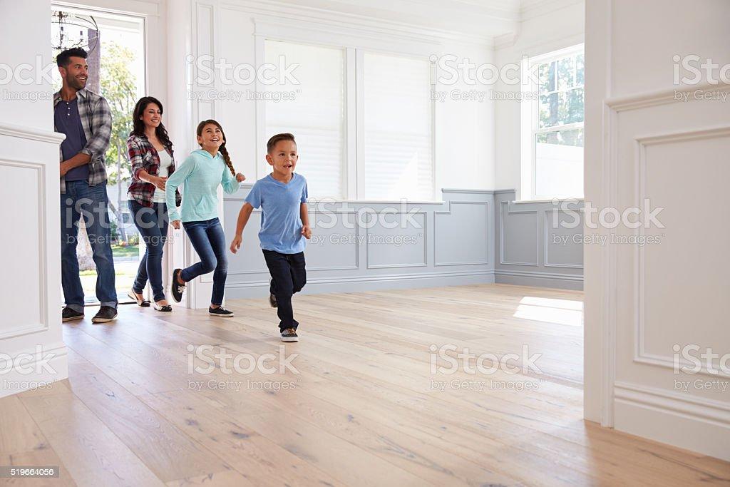 ヒスパニック系家族。新たなご自宅の表示 ストックフォト