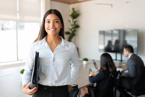 西班牙裔女性商業專業人士在辦公室會議室。 - 年輕成年人 個照片及圖片檔