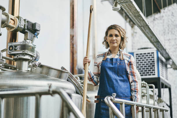 Hispanic Female Craft Brewer Mitte 30 mit BierRührer – Foto